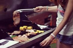 お肉を焼く女の子