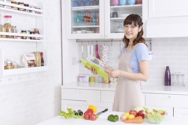 野菜を選ぶ女性