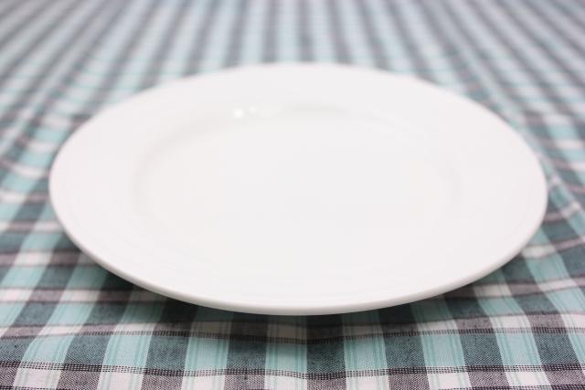 チェックのテーブルクロスと皿