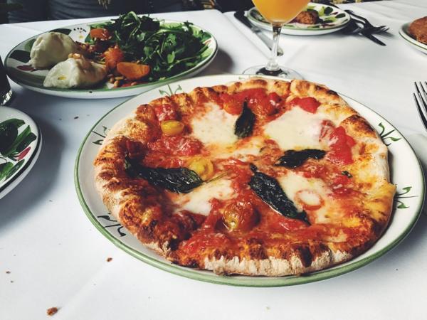 テーブルのピザ