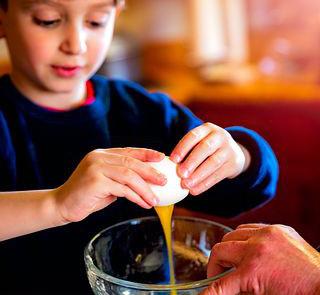 卵を割る男の子