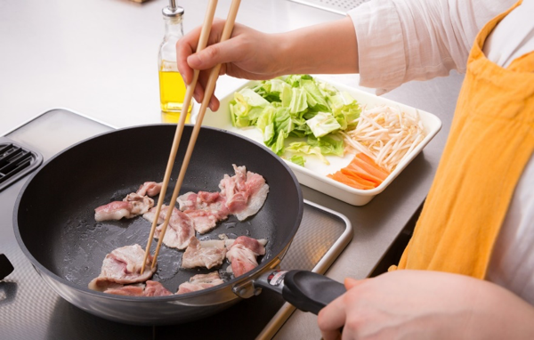 フライパンで肉を焼く