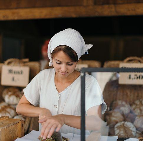 軽食を作る女性