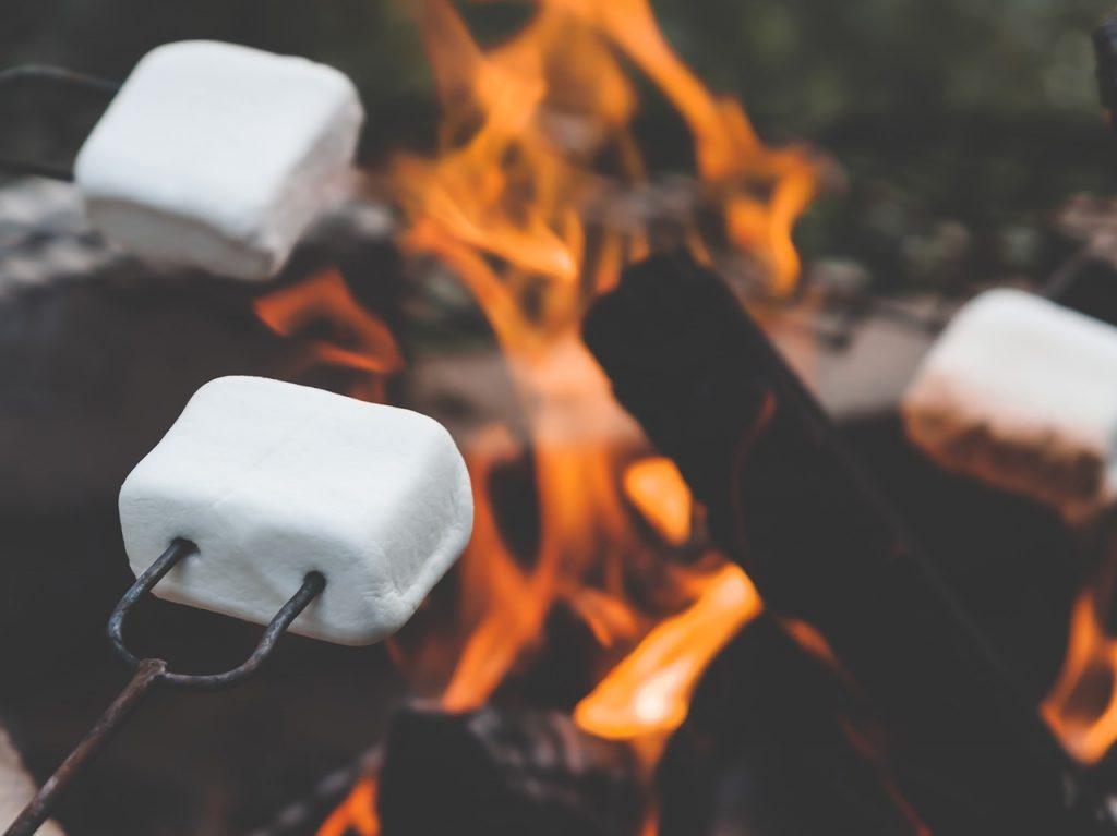 バーベキューで焼くマシュマロ
