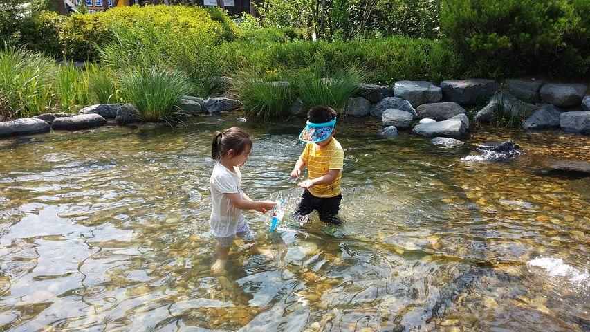 水遊びをする子供たち