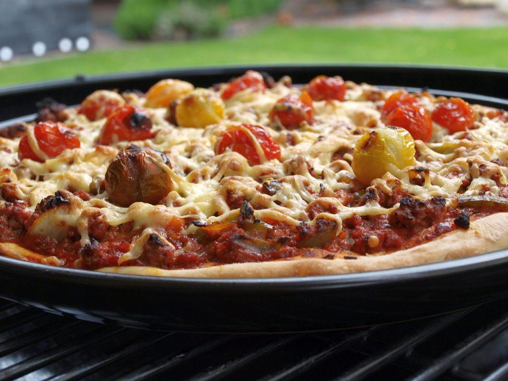 バーベキューでグリルピザ