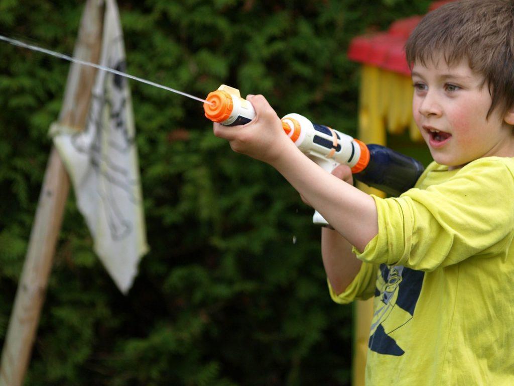 水鉄砲と少年