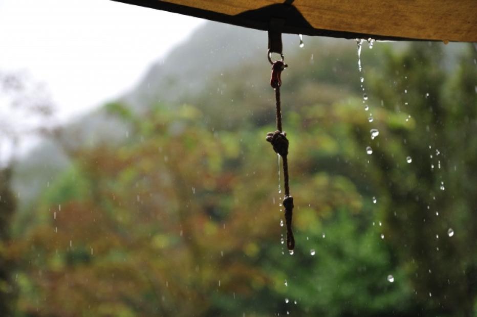 雨を防ぐタープ