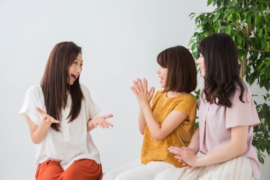 楽しく話す女性たち